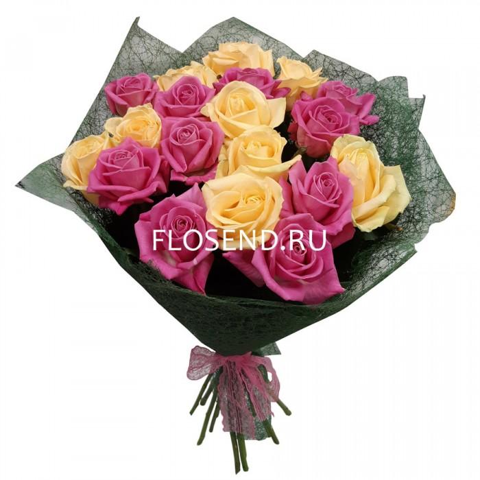 Букет из 19 кремовых и розовых роз