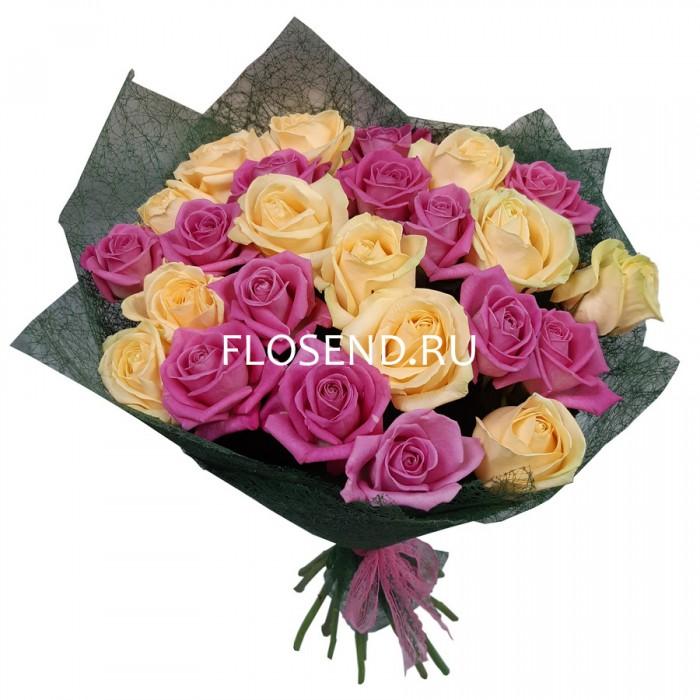 Букет из 23 кремовых и розовых роз